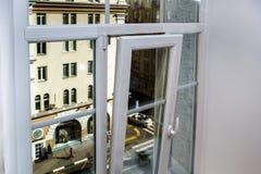 Pvc-fönster i renoverad lägenhet Arkivbilder