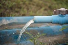 PVCrohr- und -wasserhahn, die für die Landwirtschaft liefern Stockbilder