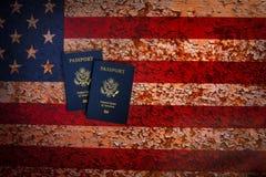 Pverhead-Ansicht von zwei US-Pässen auf einem rustikalen Hintergrund der amerikanischen Flagge lizenzfreie stockbilder