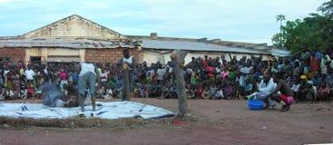 Pweto, Katanga, a República Democrática do Congo Democrática, o 20 de maio de 2006: Lutadores que lutam na frente da multidão fotos de stock