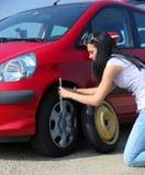 PWoman avec un pneu Photographie stock libre de droits