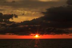 Pył chmury i czerwień zmierzchu tło z ciemnym kolorem tonuje Fotografia Royalty Free