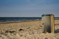 Pyłu kosz na plaży Złej Cadzand holandie zdjęcie stock