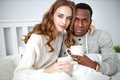 Py het houden van paar het drinken cacao op de winterochtend in bed royalty-vrije stock fotografie