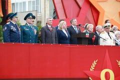 Pyatigorsk的退伍军人和市长在平台的 40争斗已经来然而荣誉称号比那里更放置内存纪念碑在通过的爱国人位置可能的战士对未知的退伍军人胜利战争几年的日永恒法西斯主义花荣耀了不起的英雄 Pyatigorsk,俄罗斯 免版税图库摄影