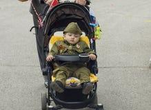 PYATIGORSK,俄罗斯- 2017年5月09日:制服的一个小男孩为天在婴儿车的胜利 图库摄影