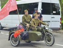 PYATIGORSK,俄罗斯- 2017年5月09日:制服的人在有摇篮的一辆摩托车M-72 库存图片