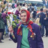 PYATIGORSK,俄罗斯- 2017年5月09日:有花的退役军人妇女在胜利天庆祝 库存图片