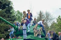 PYATIGORSK, ΡΩΣΙΑ - 9 ΜΑΐΟΥ 2017: Μνημείο της σοβιετικής ρωσικής δεξαμενής με τα παιδιά στο στις 9 Μαΐου Στοκ φωτογραφία με δικαίωμα ελεύθερης χρήσης