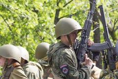 PYATIGORSK, РОССИЯ - 9-ОЕ МАЯ 2014: День победы в WWII Молодой gunn стоковое изображение