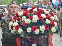 PYATIGORSK, RÚSSIA - 9 DE MAIO DE 2017: As soldas militares colocam flores ao monumento ao soldado caído Imagem de Stock Royalty Free