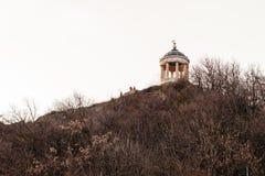Pyatigorsk, região de Stavropolsky, Rússia - 5 de abril de 2018: Harpa eólia do mandril em Pyatigorsk Montagem Mashuk monumento a foto de stock royalty free