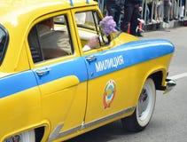 PYATIGORSK ROSJA, MAJ, - 09, 2017: Dziejowy samochód policyjny GAZ zjednoczenie - M20 Pobeda ręki sowieci żakiet - Obrazy Royalty Free