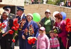 PYATIGORSK, RUSIA - 9 DE MAYO DE 2011: Veteranos con las flores en Victory Day Imágenes de archivo libres de regalías