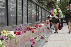 PYATIGORSK, RUSLAND - MEI 9 2014: Bloemen bij het Gedenkteken van Mili Royalty-vrije Stock Foto