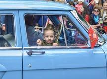 PYATIGORSK, RUSSIE - 9 MAI 2017 : Un petit garçon dans l'uniforme pour le jour de la victoire dans une voiture Volga Image stock