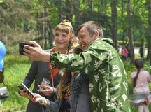 PYATIGORSK RYSSLAND - MAJ 09, 2017: Grupp av vänner som gör selfie med den smarta telefonen på den Victory Day berömmen Royaltyfri Bild