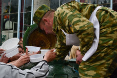 PYATIGORSK RYSSLAND - Maj 09, 2011: humanitär lättnad Royaltyfri Fotografi