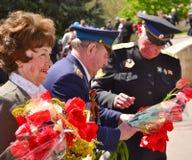 PYATIGORSK RYSSLAND - MAJ 09, 2011: Kvinna och två militära män med tulpan på Victory Day Arkivfoton