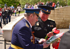 PYATIGORSK RYSSLAND - MAJ 09, 2011: Två militära män med tulpan på Victory Day Royaltyfri Bild