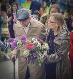 PYATIGORSK RYSSLAND - MAJ 09, 2017: vårdaren och åldringmannen med gå klibbar på Victory Day Royaltyfri Bild