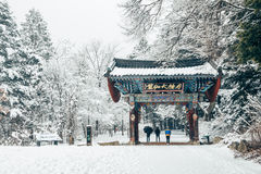 Pyeongchang, Korea - 18. Februar 2015: Asiatischer Tempel Odaesan Woljeongsa mit Tannenbaumstraße des verschneiten Winters Stockfotos