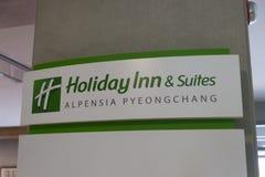 Pyeongchang, korea południowa - 6 2019 Czerwiec: Holiday Inn & apartamenty podpisujemy przy Alpensia Olimpijskim parkiem w Pyeong zdjęcie royalty free