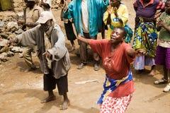 Pygmäenleute singen und tanzen. Stockfoto