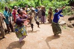 Pygmäenleute singen und tanzen in ihr Dorf. Lizenzfreies Stockbild