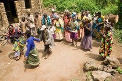 Pygmäenleute singen und tanzen in ihr Dorf. Stockbilder