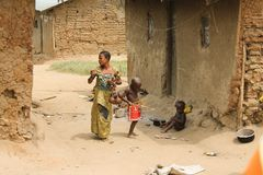 Pygmée de femme avec les enfants. Photographie stock libre de droits