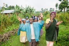 Pygmy mensen zingen en dansen Royalty-vrije Stock Afbeeldingen
