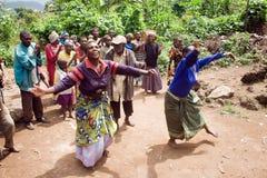 Pygmy mensen zingen en dansen in hun dorp. Stock Afbeeldingen