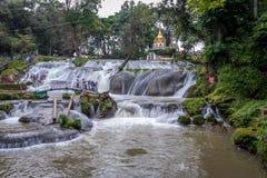 Pyin Oo Lwin, pagoda au-dessus de cascade, Myanmar Photo stock
