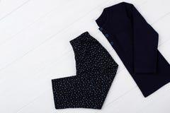Pyjama foncé réglé sur le blanc Images stock