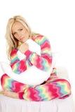Pyjamakissen der Frau sitzen blondes Farblächeln Lizenzfreie Stockfotografie