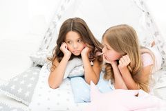 Pyjamapartei für Kinder Gemütliches Platztipihaus Schwestern oder beste Freunde verbringen Zeit lagen zusammen im Tipihaus mädche stockbild