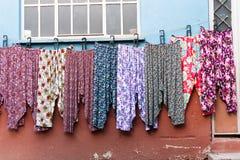 Pyjamapyjama's van toeristische de straatmarkt van Cumalikizik worden geschoten in Slijmbeurs Turkije dat Het Cumalikizikdorp is  Stock Foto's