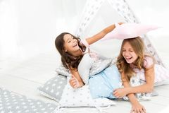 Pyjamasparti för ungar Flickor som har det roliga tipihuset Flickaktig fritid Systrar delar skvallrar ha gyckel hemma cozy arkivfoton