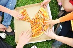 pykniczna rodziny pizza zdjęcia stock