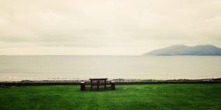 Pyknicznego stołu seascape w Waterville i ławki, okręg administracyjny Kerry - rocznika skutek Fotografia Royalty Free
