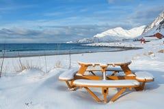 Pykniczny round stół na śnieżnej plaży Zdjęcie Royalty Free