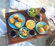 Pykniczny stół z czerwonych win szkłami zdjęcia stock