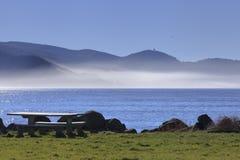 Pykniczny stół z mgła bankiem zdjęcia stock