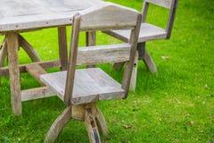 Pykniczny teren z drewnianym stołem Zdjęcia Royalty Free