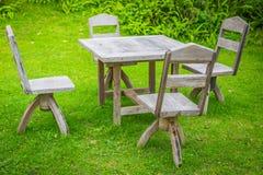 Pykniczny teren z drewnianym stołem na tle Zdjęcia Royalty Free