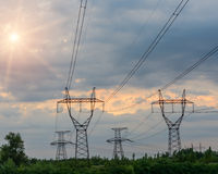 Pylône électrique à haute tension d'énergie de tour de transmission Photographie stock libre de droits