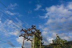 Pylône électrique de fil sous le ciel bleu Images stock