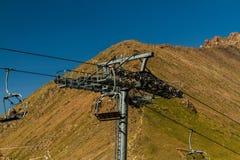 Pylône de funiculaire Près de Shymbulak Ski Resort Hotel à Almaty, Kaza Photographie stock libre de droits