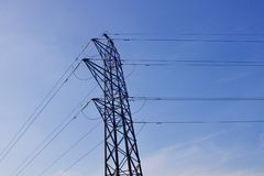 Pylône de l'électricité avec des cables électriques sur le fond de ciel bleu photo stock